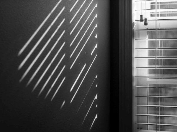 Rollo wirft Schatten an die Wand