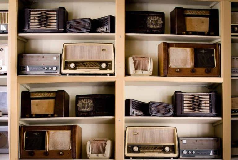 Mehrere Radiogeräte in einem Regal