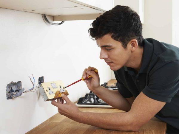 Elektriker installiert Steckdose