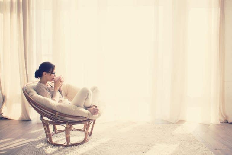 Frau in Sessel