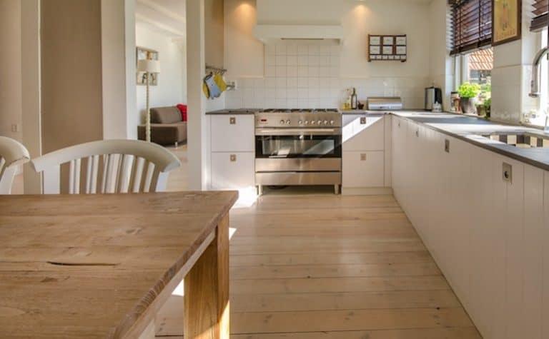 Zimmer mit Holzboden