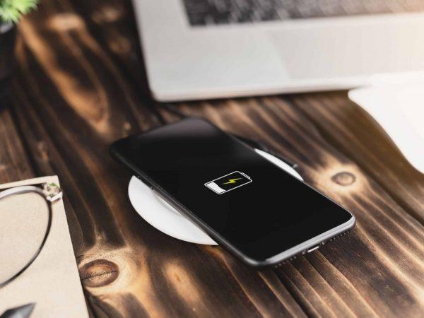 Für manche Geräte wie Smartphones ist es mittlerweile schon möglich, über spezielle Ladegeräte durch Kontakt aufzuladen. (Foto: Varin Rattanaburi / 123RF)