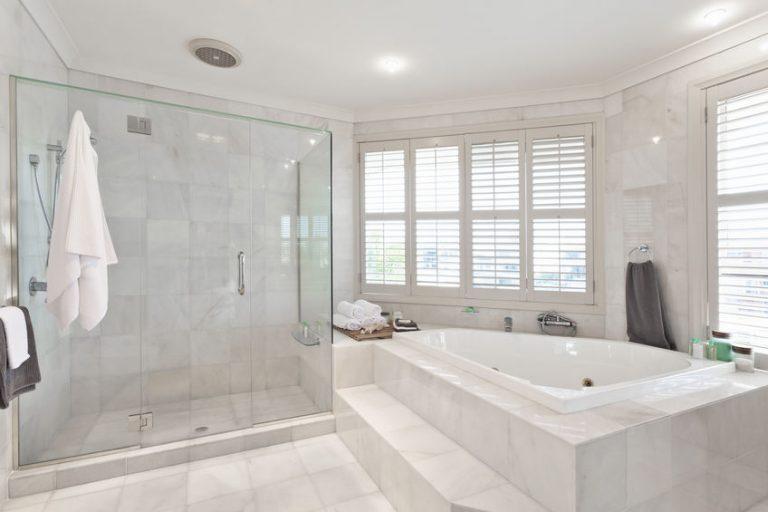 Ein helles Badezimmer