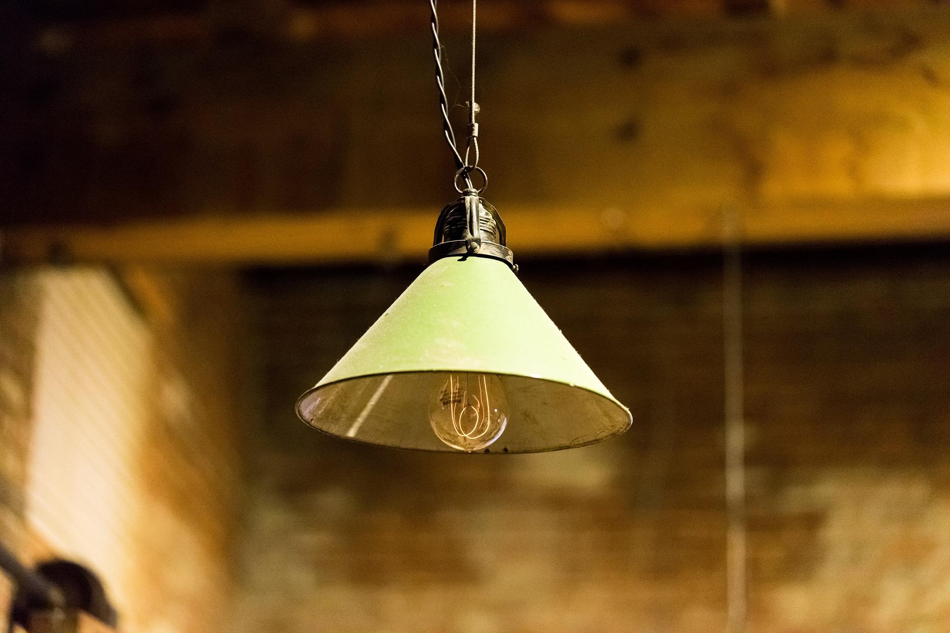 Deckenlampen anbringen: 3 Tipps um Lampen richtig an die Decke zu bringen