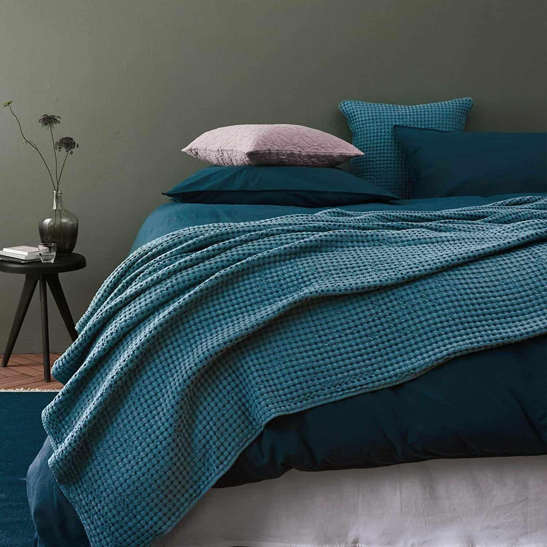 URBANARA 275x265 cm Tagesdecke/Plaid Veiros Hellgrau — 100% Reine Baumwolle — ideal als Bettüberwurf oder Kuscheldecke mit Strukturiertem Waffelmuster — geeignet für Einzel- und Doppelbett