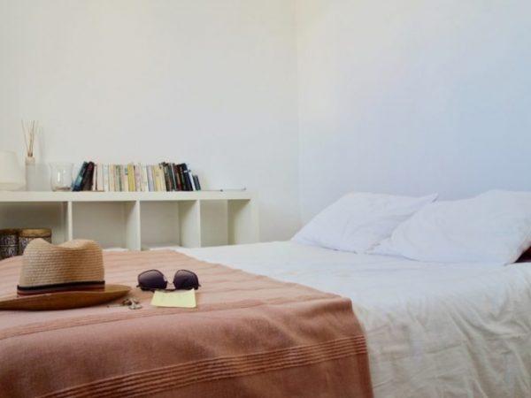 Bettüberwürfe sollten regelmässiges gewaschen werden, damit sie ihren Zweck erfüllen. Informiere dich vor ab wie du den Stoff am besten reinigst. <br /></noscript>(Bildquelle: Kelcie Papp / unsplash)