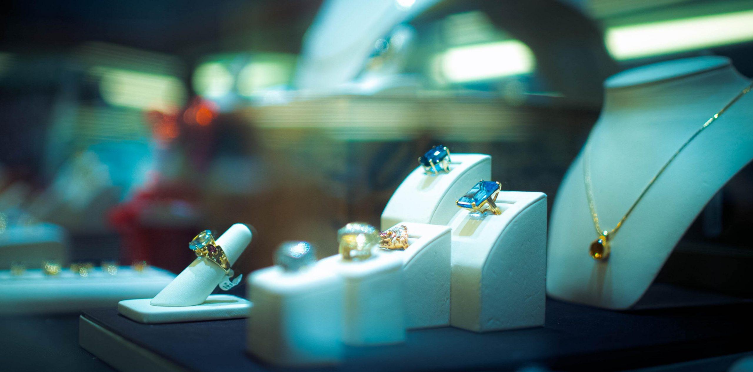 Fünf Ringe in einem Schmuckschrank ausgestellt