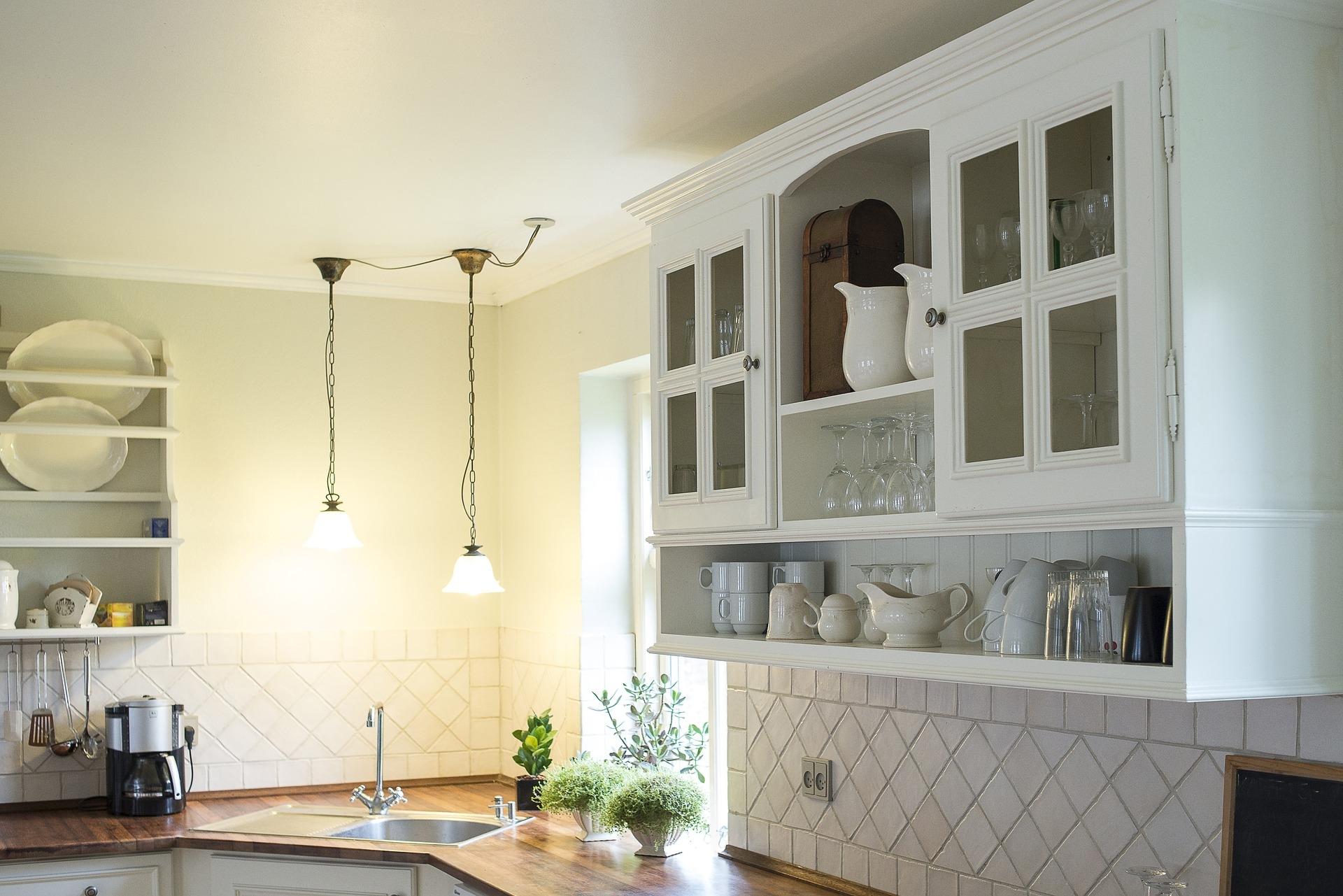 Hängende Vitrine mit Porzellan in der Küche