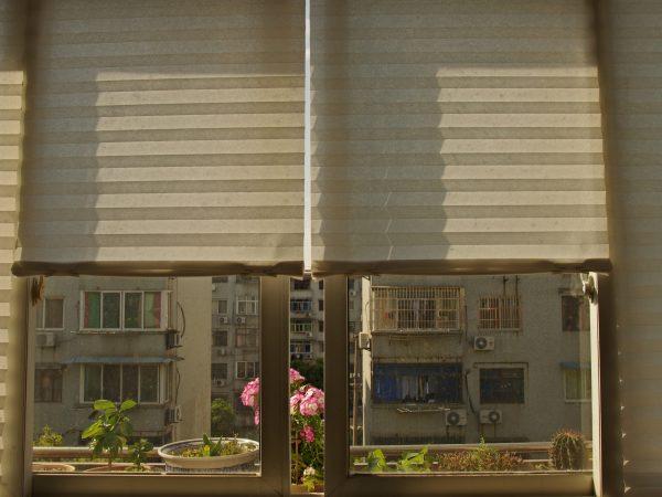 Raffrollos ohne Bohren können sowohl als Sonnenschutz hilfreich sein, als auch nur als dekoratives Element dienen. (Bildquelle: Haibin Wu / Unsplash)
