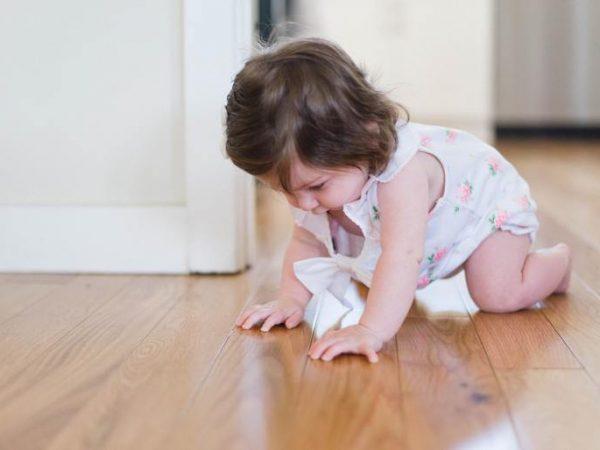 Sobald Babys sich selbstständig im Haushalt bewegen, lauern Gefahren. Davor kann man die Kinder jedoch schützen, z. B. durch Türschutzgitter. (Bildquelle: Picsea/ Unsplash)