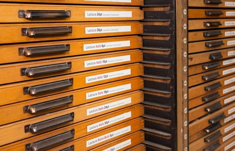 Schubladenboxen mit beschrifteten Etiketten