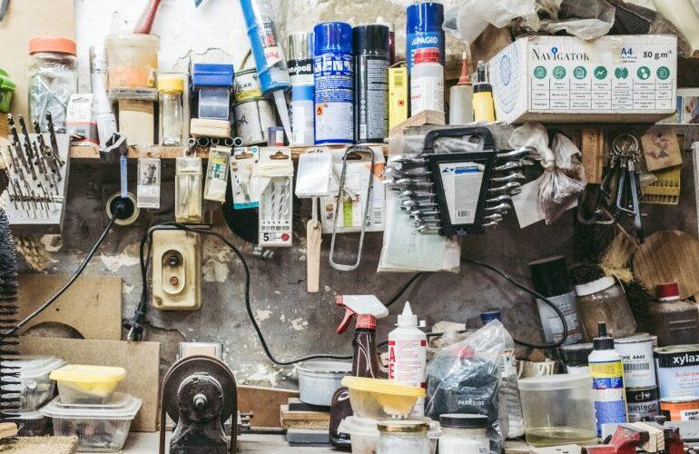 Heimwerkstatt mit verschiedenen Werkzeugen und Materialien.