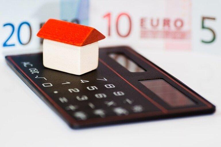 Ein Taschenrechner, ein Haus und Geld
