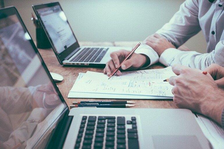 Menschen arbeiten im Büro an ihrem Laptop