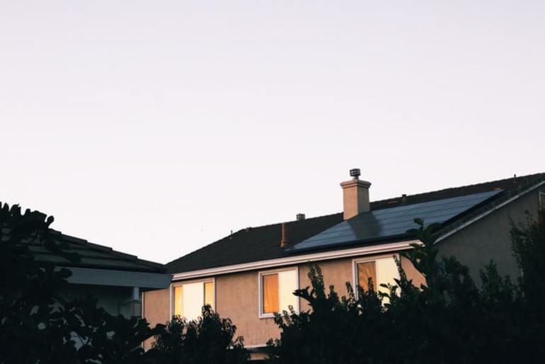 Ein Haus mit einer Solaranlage