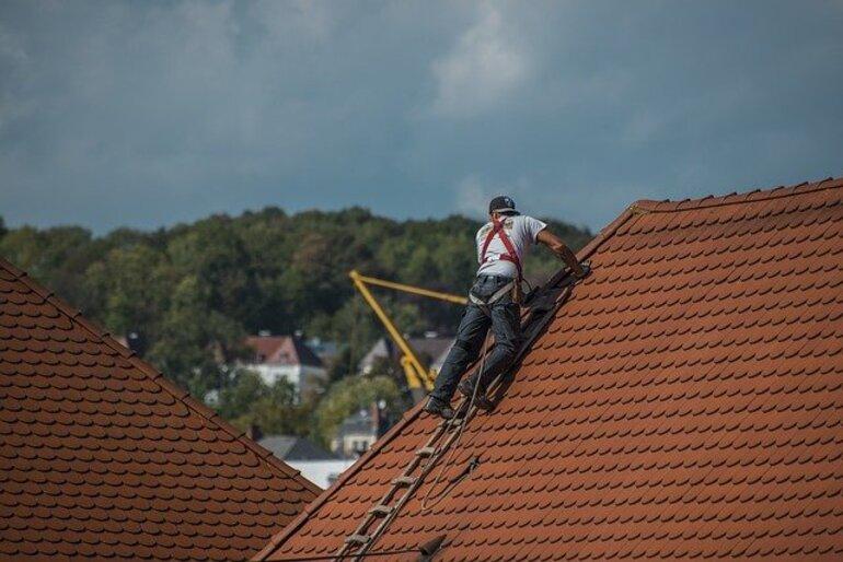 Ein Mann arbeitet auf einem Dach