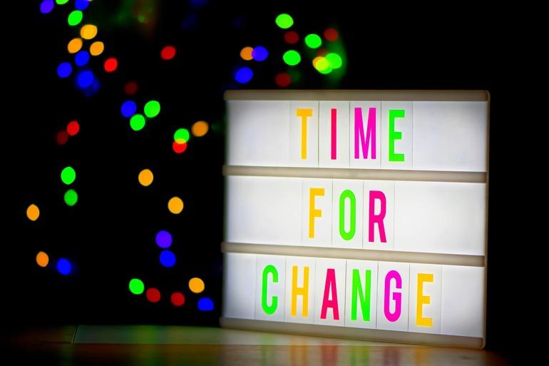 """Eine Leuchtbox auf der steht """"Time for change"""""""