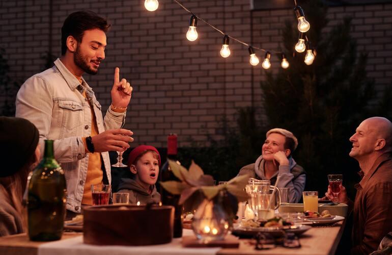 Das Bild zeigt Menschen, die gerade eine Gartenparty feiern.