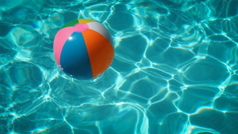 Pool mit buntem Wasserball