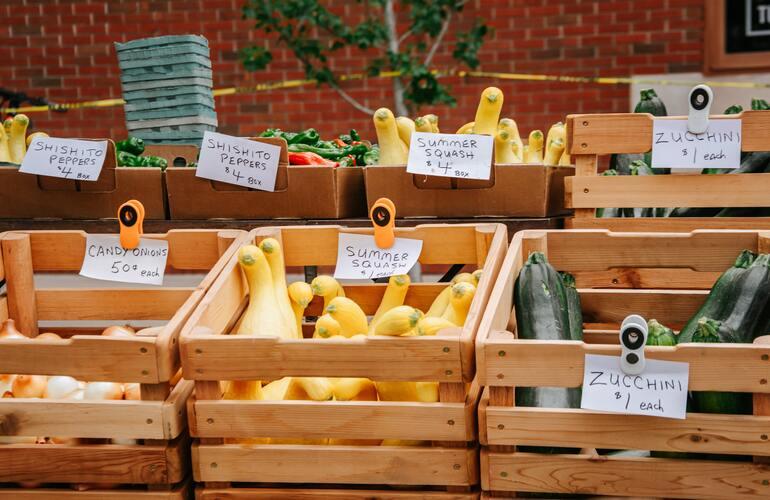Das Bild zeigt einen Gemüsestand am Markt. Die Kisten wurden mithilfe von Kistenregalen aufgestellt.