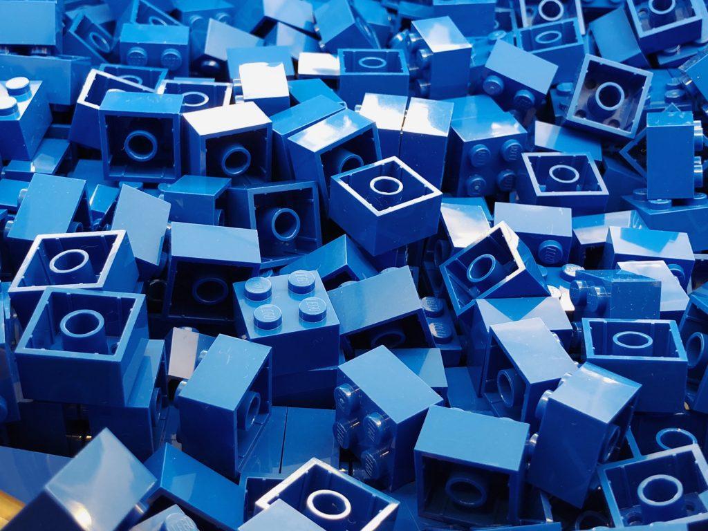 Blaue Plastiksteckwürfel