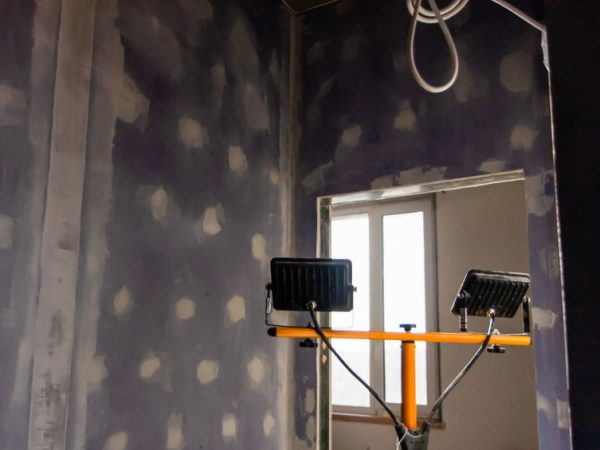 Decorating and decorating with halogen spot lighting